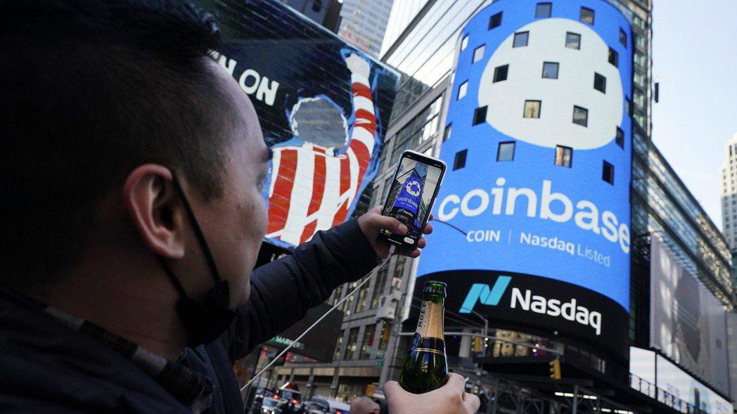 美國加密貨幣交易所龍頭Coinbase 14日在那斯達克直接掛牌上市。(美聯社)