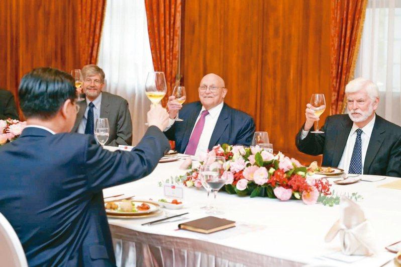 鳳梨炒飯 招待訪賓 外交部長吳釗燮(左)昨天中午在台北賓館宴請美國前聯邦參議員陶德(右一)、前副國務卿阿米塔吉(右二)及史坦伯格等訪賓。圖/取自外交部臉書