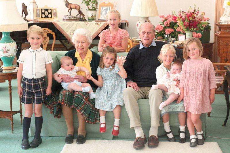 白金漢宮十四日公布菲立普親王生前與女王和王室第四代的合照。(路透)