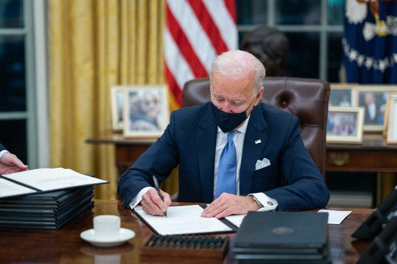 美國總統拜登3月25日簽署行政命令,解決半導體晶片短缺問題。 (來源:facebook.com/WhiteHouse)