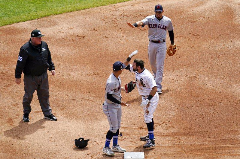 白襪伊頓安全上二壘後卻被印地安人野手推離壘包,因此遭觸殺出局,當下氣得推了對方一把。 美聯社