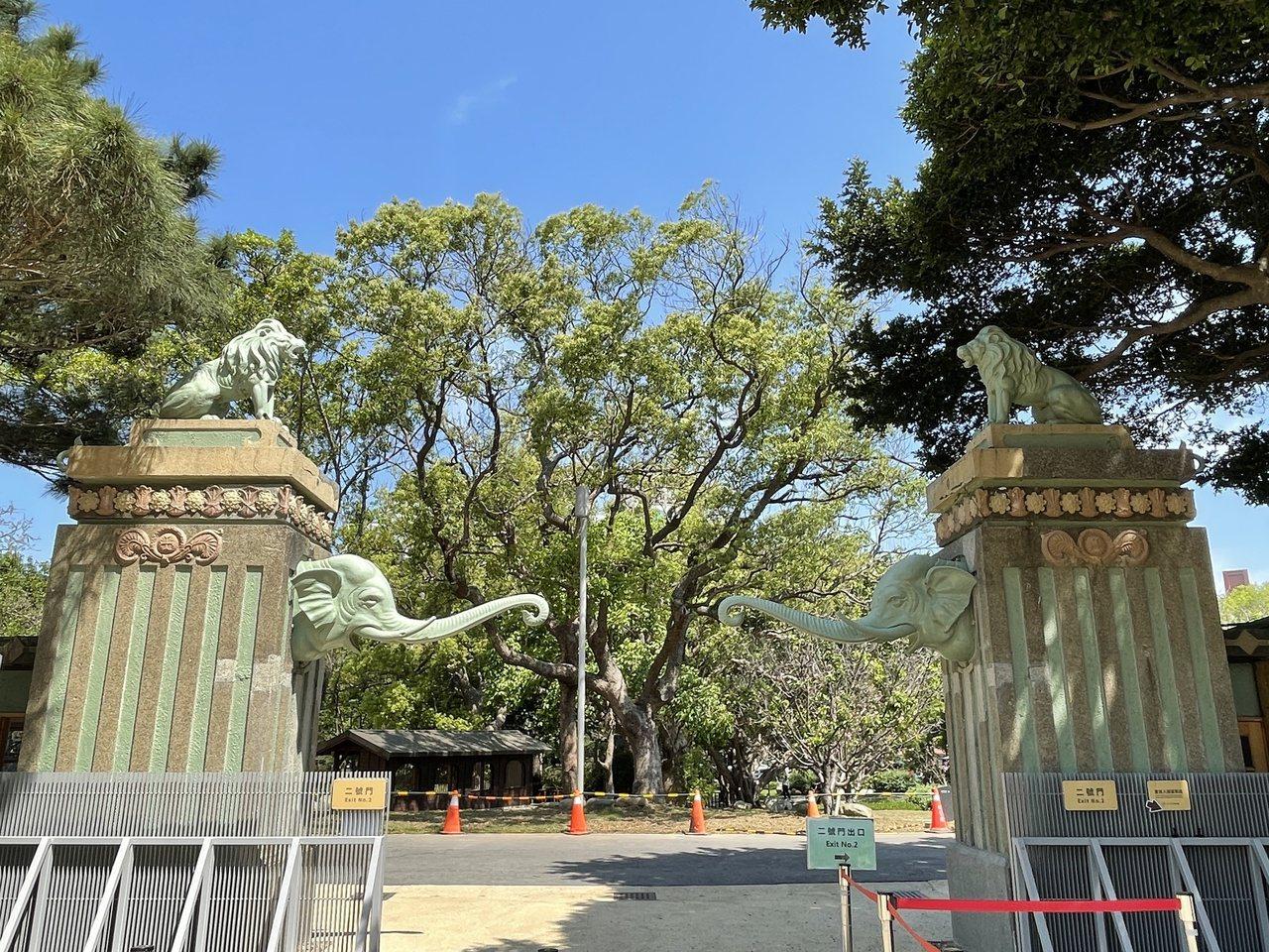 新竹市立動物園保留大家記憶中的大象門與噴水池,修復後的大象門,重現最初的藍綠色底...