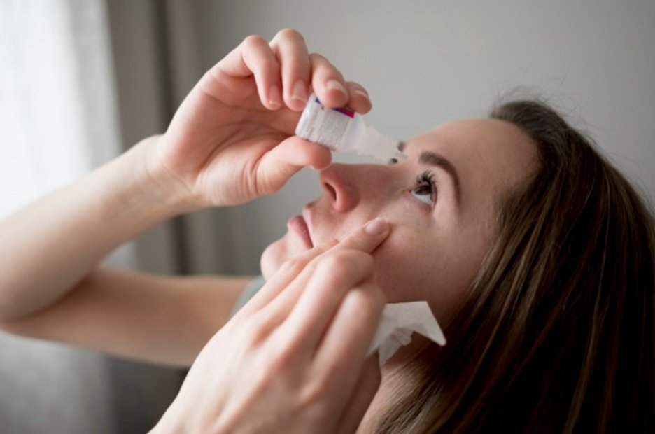 輕度乾眼症患者,可適時點不含防腐劑的人工淚液,或是添加玻尿酸的人工淚液,以補充淚...