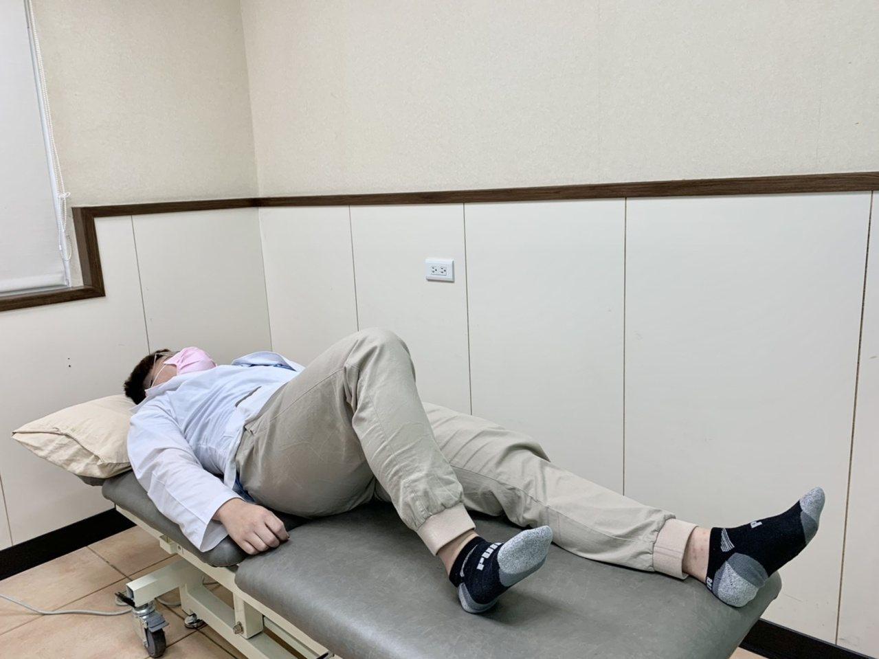 第三招「下肢滑行」運動,患肢的腳跟往後滑行,角度維持在膝蓋不疼痛的範圍,做15至...