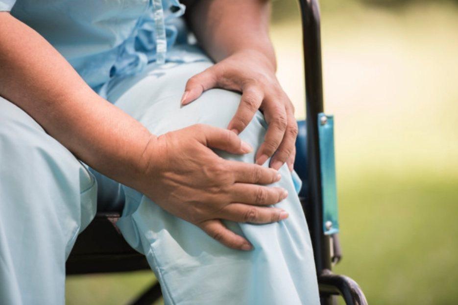 物理治療師黃富明表示,患者最好術後就開始做運動,反而能及早復原。 圖/freep...