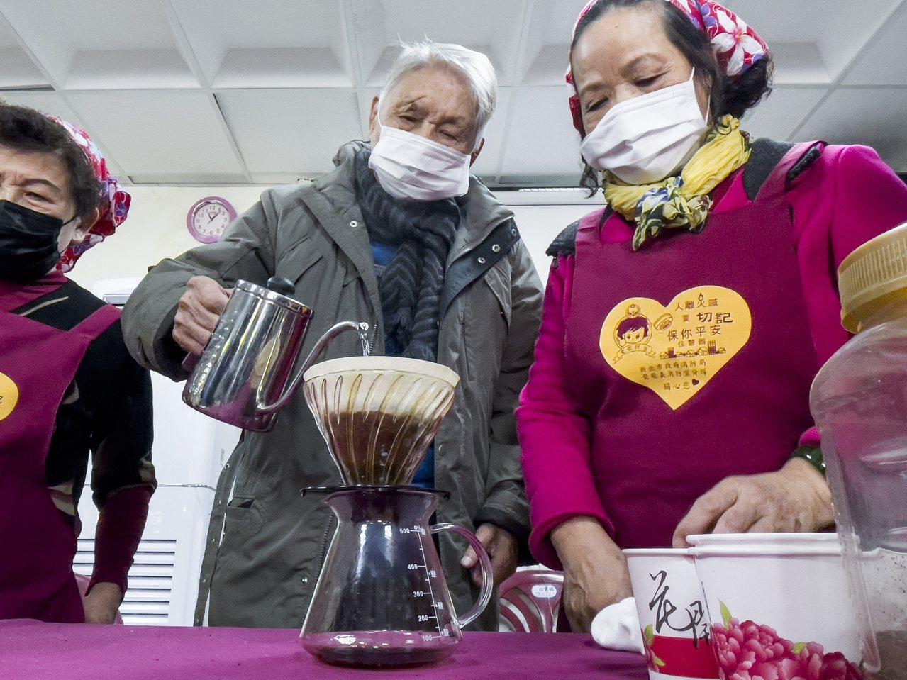92歲的高鎮波為了「喝杯咖啡」重返社區活動,現在不僅能自行走路,還對著首次到據點...