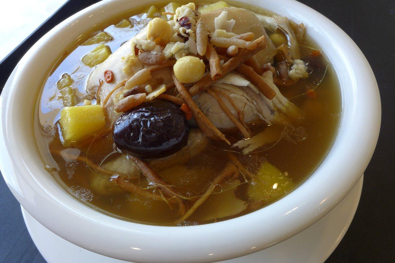 鳳梨結合雞肉和中藥材,也能燉出「鳳梨藥膳養生雞湯」。 圖/藥師公會提供