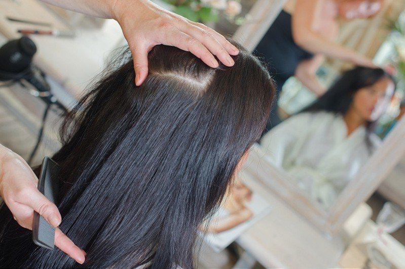 美髮店的價位範圍廣,從數百元到破千元都有,讓一名網友好奇詢問「洗加剪」的合理價錢。 示意圖/ingimage