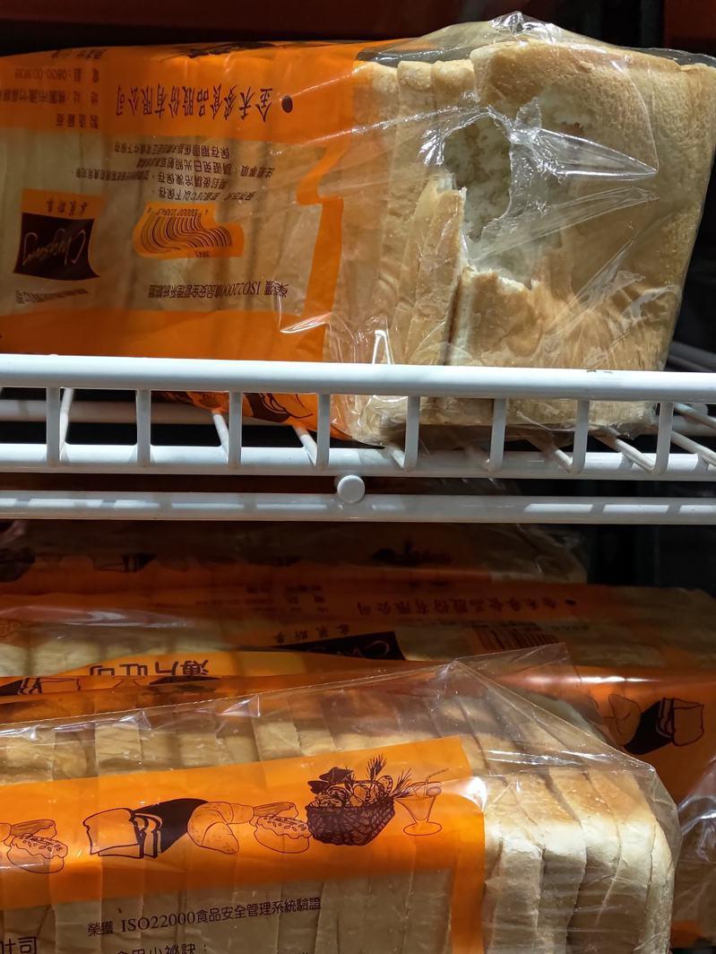 一名網友分享,在美式賣場的架上發現吐司外包裝破了一個大洞,讓他懷疑是「齧齒科動物」所為。 圖擷自facebook