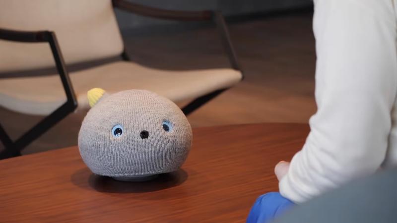 日本松下推出寵物機器人「NICOBO」主打弱小氣質大受歡迎,開賣320台短短幾小時內就銷售一空。圖擷取自youtube