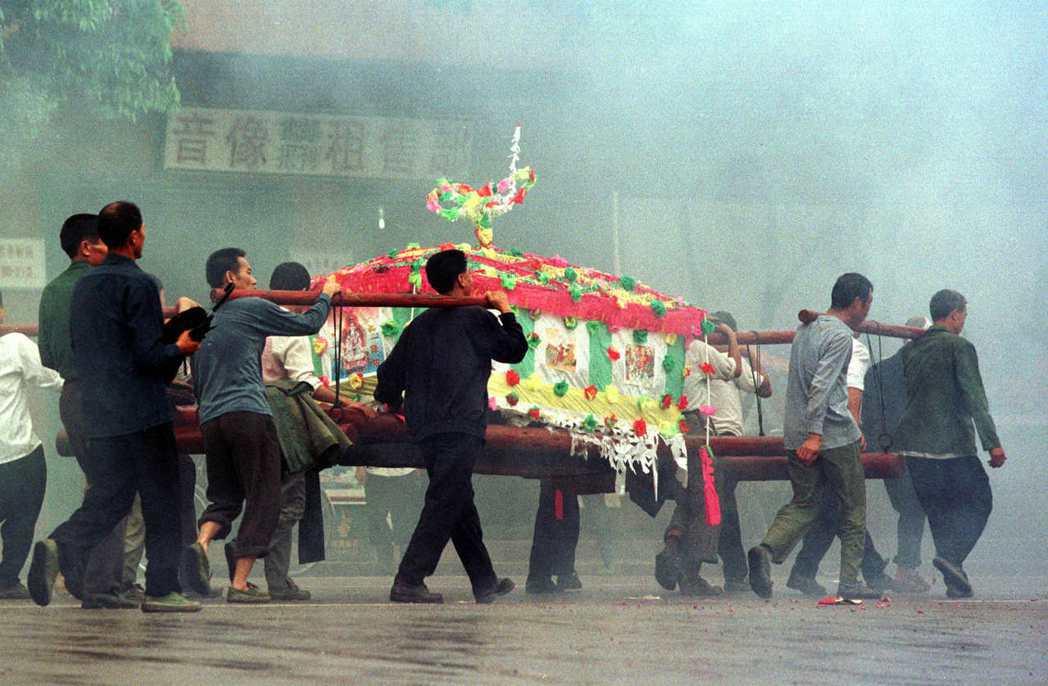 「一樁『活人換屍』頂替火葬的命案,牽涉多少中國喪葬問題?」中國廣東汕尾市,曾經發...