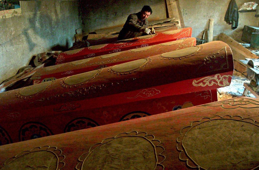 2018年在江西省吉安縣,為了拚殯葬改革的「火化率」業績,地方政府官方帶頭到農村...