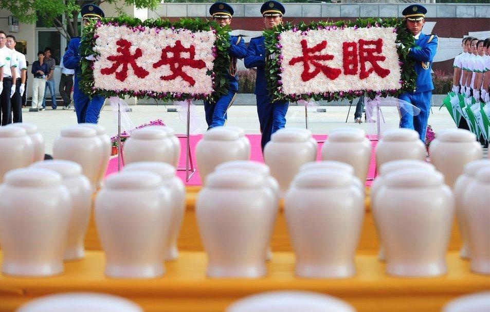 命案背後的社會脈絡,是中國政府推行的殯葬改革政策,以火葬取代傳統土葬。但超過半世...