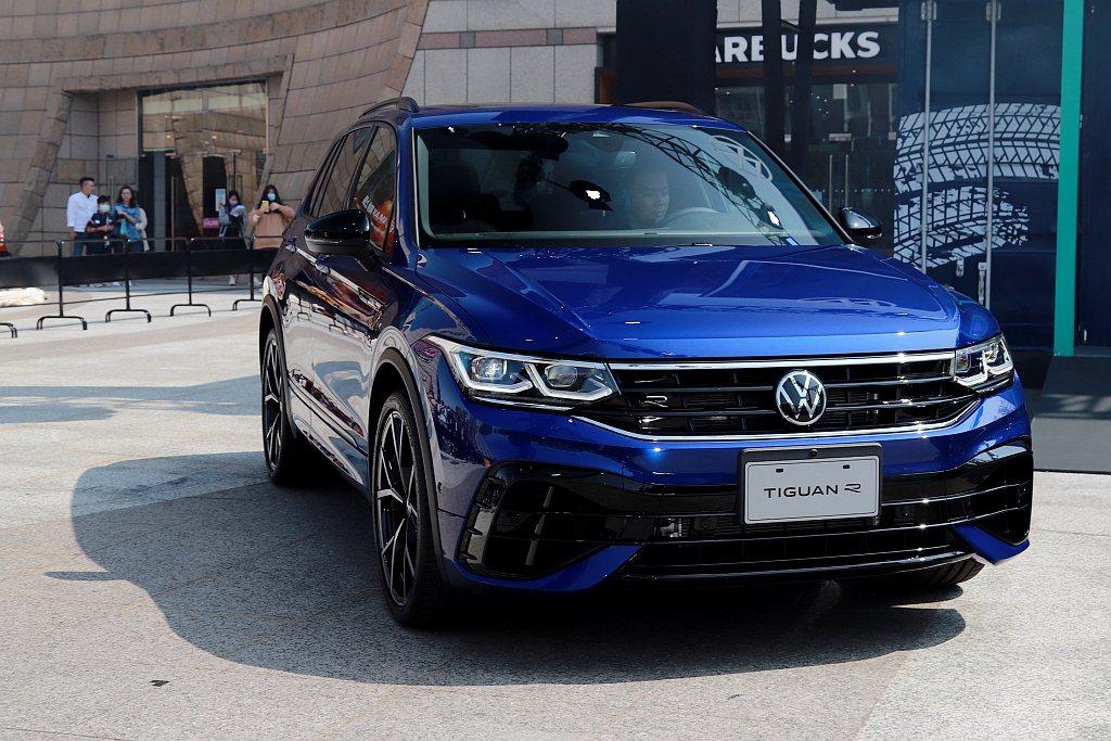 福斯Tiguan R則擁有多樣R專屬細節特色,R專屬前保桿、R專屬後下擾流/雙邊...