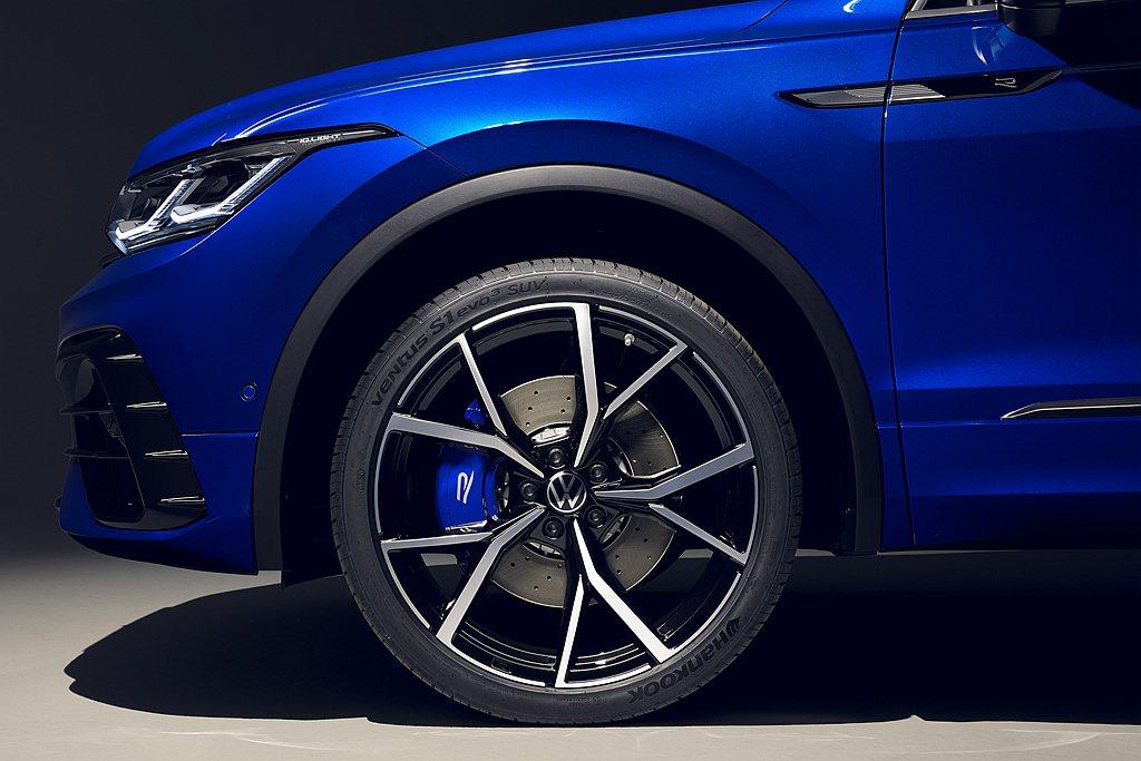 R專屬藍色雙活塞卡鉗與18吋打孔通風碟大幅提升制動力。 圖/Volkswagen...