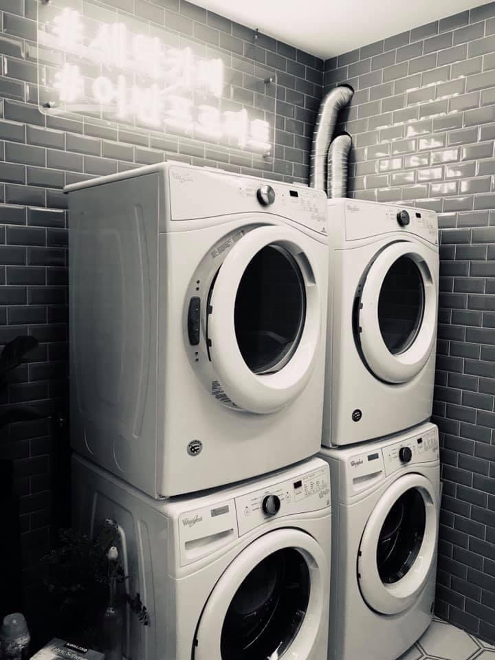 自助洗衣店可說是現代都會生活中,最能代表「孤獨」的店家,它同時可以說是未來無人商...