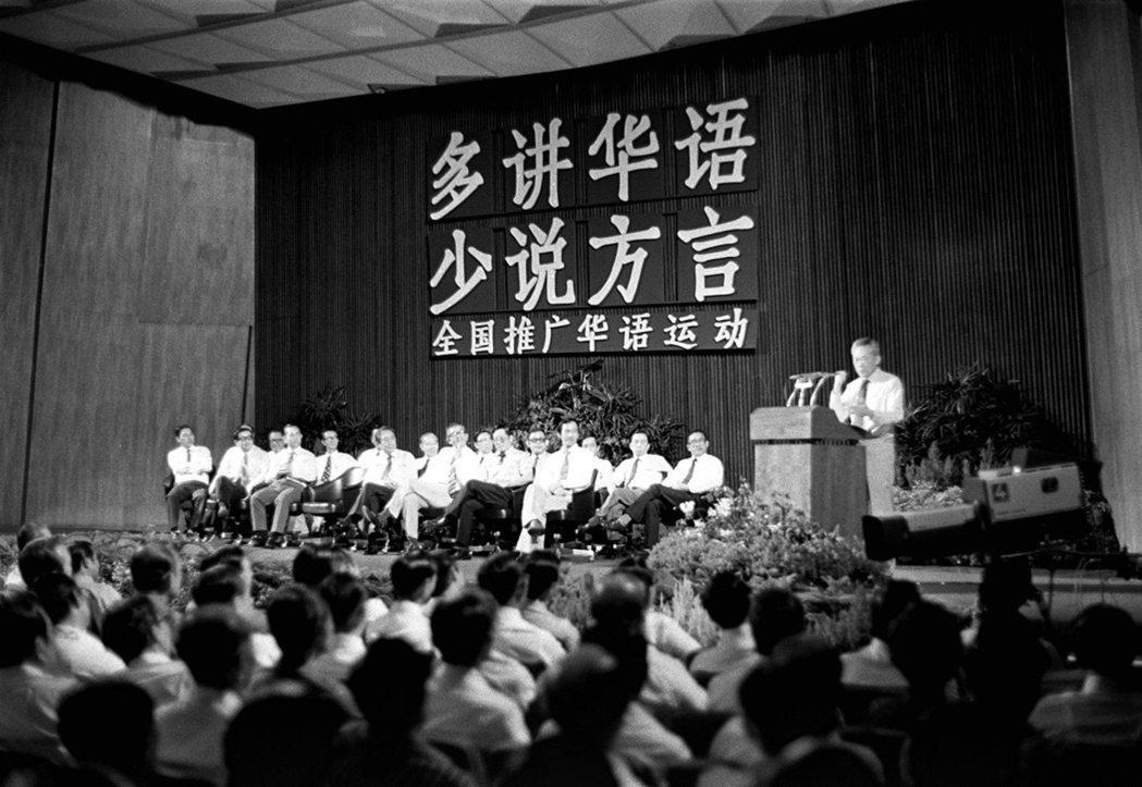 李光耀時期強力推行英語,打壓華語,雖然在1979年,突然啟動「講華語運動」,但隨...