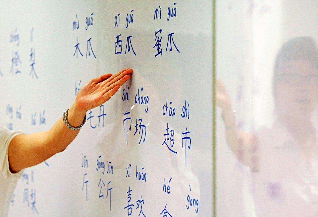 圖為2009年新加坡一家夜間學校提供的中文課程。 圖/路透社
