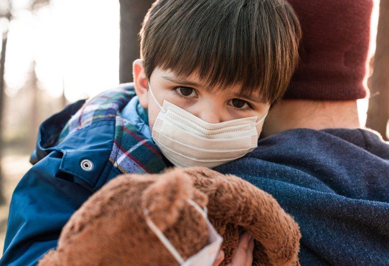 一名父親分享,自己某次半夜時帶著發高燒的兒子掛急診,但問診對話卻讓他無奈到「想退掛」。示意圖/ingimage