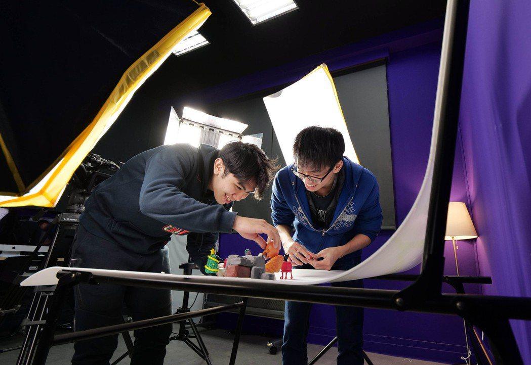 龍華科大數位內容中心建置嶄新的數位學習場域,引領學子用創意玩出專業。龍華科大/提...