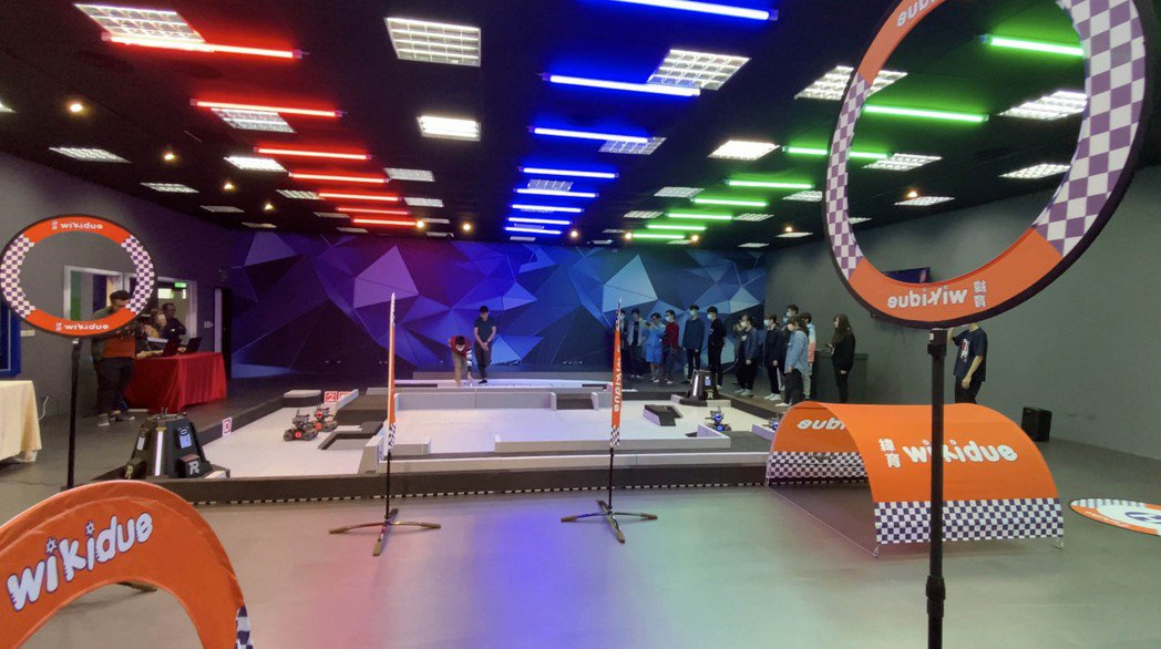 數位內容中心打造智慧機器人科技訓練場地,設置國際標準機器人競賽賽場。龍華科大/提...