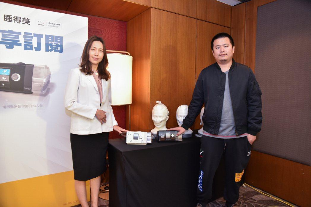 當日由資深睡眠技師洪曉菁(右)說明科林睡得美推出的正壓呼吸器訂閱制優點,與成功個...