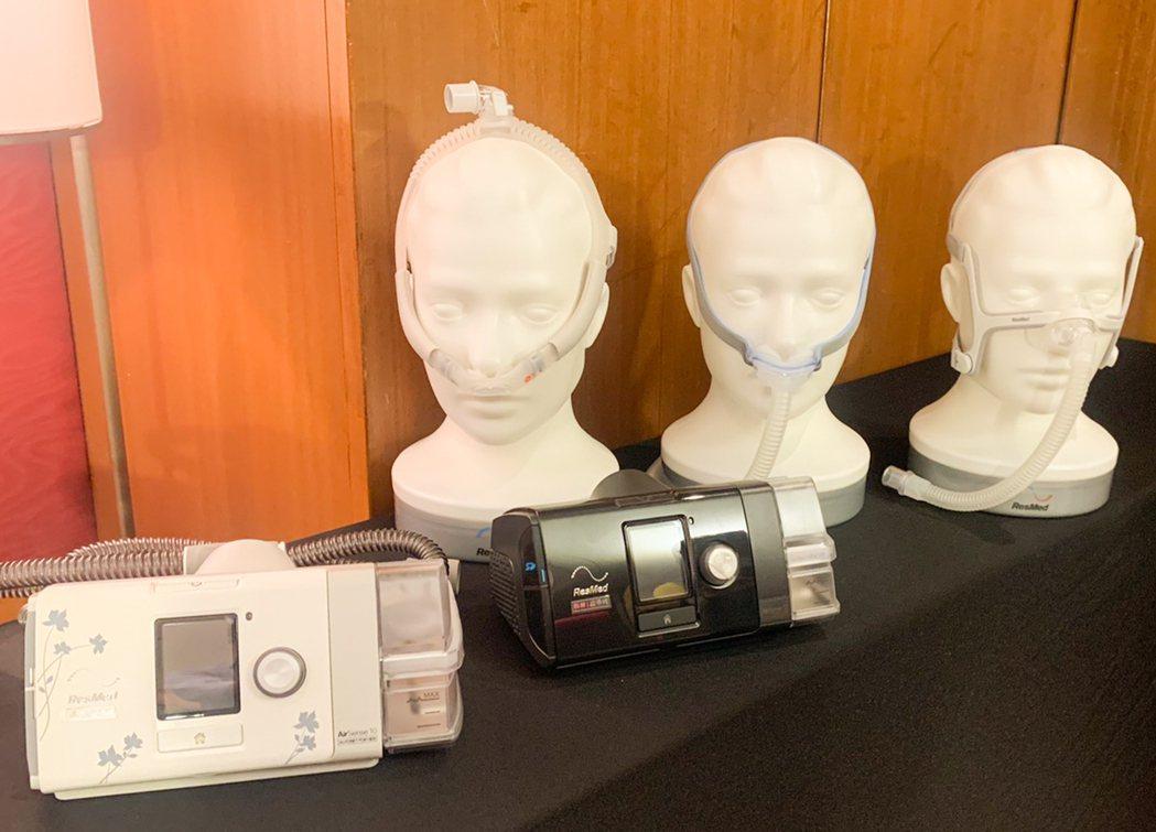 記者會現場擺出正壓呼吸器與面罩。據個案使用分享,科林睡得美的面罩比之前曾使用的他...
