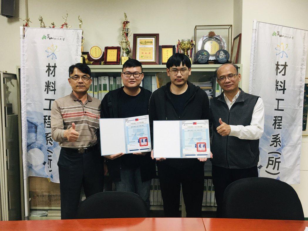 材料系蔡明勳(左2)、陳昱瑞(右2)通過iPAS塑膠材料應用工程師證照,與郭木城...