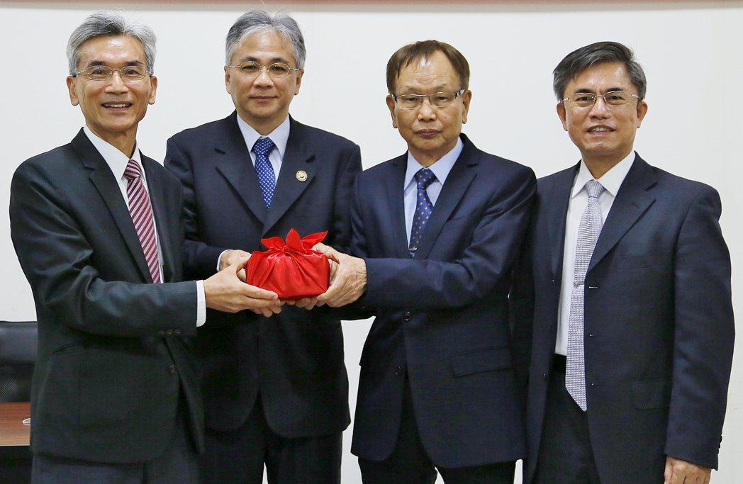 程泰機械董事長楊德華(右二)當選第7屆理事長、中興大學校長薛富盛(左一)獲選第七...