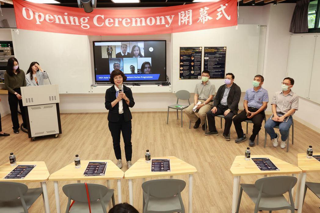 高雄大學亞洲虛擬學院13日舉辦開幕式,校長陳月端(中)表示,透過亞洲虛擬學院系列...
