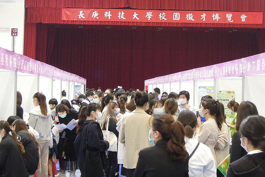 長庚科技大學校園徵才博覽會,學生積極參與面試。 長庚科大/提供