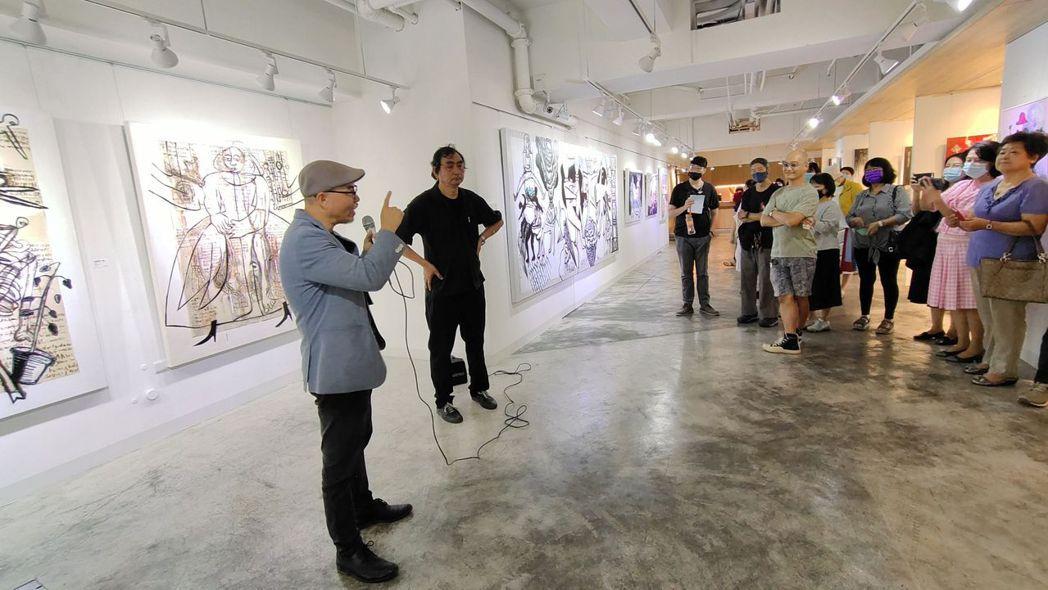 策展人洪明爵(左)向參觀民眾說明藝術家戴明德(右)的創作理念及作品特色。 楊鎮州...
