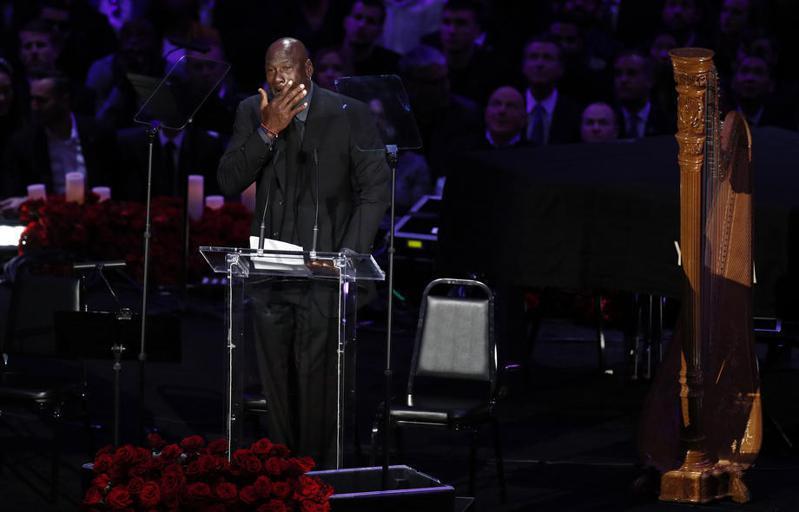 已故NBA傳奇球星布萊恩(Kobe Bryant)的名人堂入主儀式,將由「籃球之神」喬丹(Michael Jordan)擔任引薦人。 歐新社
