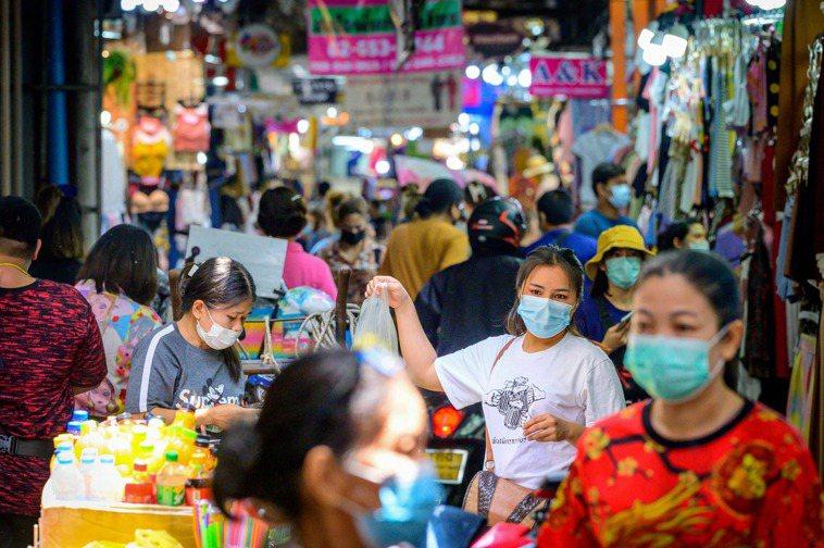 泰國連續3天單日新增超過1000起新冠肺炎確診病例,疫情持續升溫,泰國政府今天公...