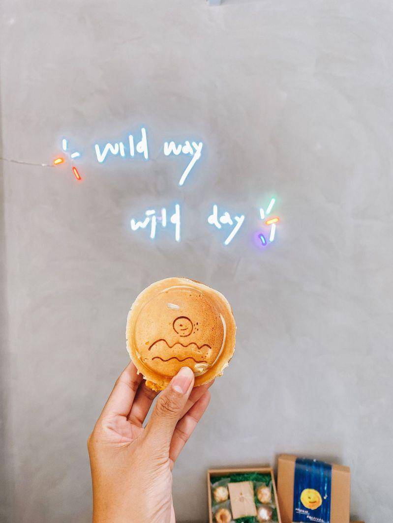 野小孩 吃車輪餅配咖啡。圖/CaCa 去哪裡