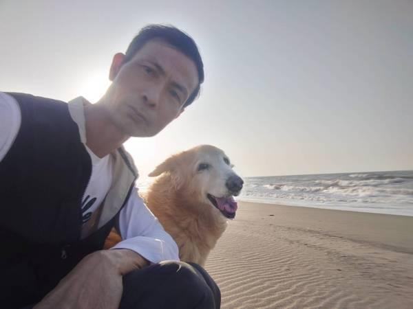 老爸與小笨在新屋海邊