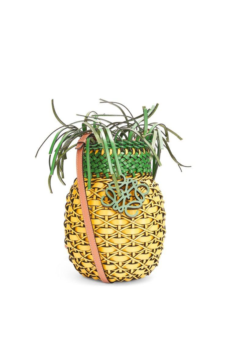 黃綠色編織小牛皮鳳梨造型肩背包,69,000元。圖/LOEWE提供