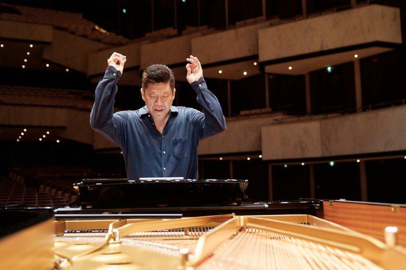 國家交響樂團17日舉辦「劉孟捷與NSO」音樂會,劉孟捷將在沒有指揮的情況下,以鋼琴引領樂團演出莫札特跟孟德爾頌的鋼琴協奏曲作品。圖/國家交響樂團提供