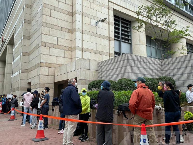 人黎智英與8名香港民主派人士被控非法遊行等罪,今〈16〉日宣判。大批香港市民到法院大樓外排隊,準備到庭旁聽案件,人龍延至東京街西。圖源:香港電台