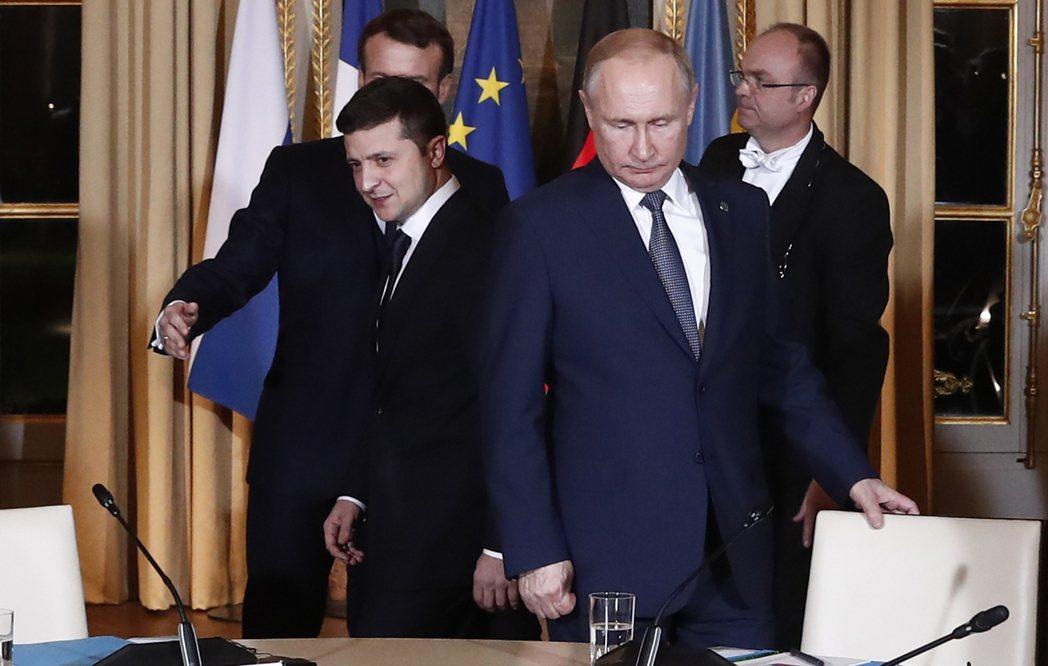 俄羅斯總統普亭(圖右)與烏克蘭總統澤倫斯基(圖左)。美聯社