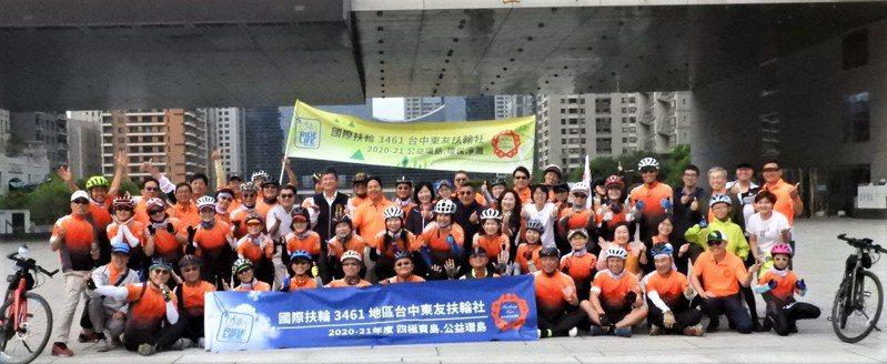 台中市東友扶輪社發起「公益環島之旅」要利用環島的9天裡「愛台、護台、環島、淨灘」。圖/東友扶輪社提供