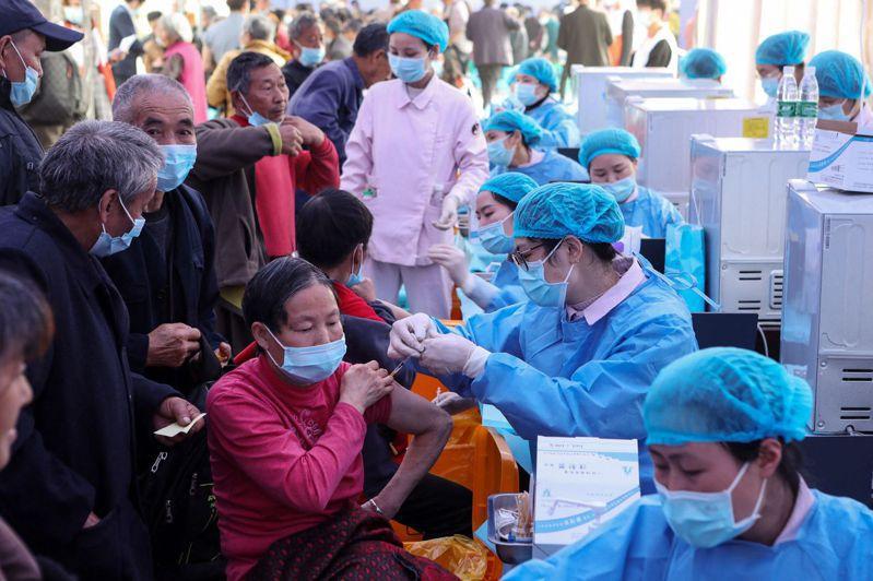 大陸去年底就針對航空、交通、冷凍食品、生鮮市場以、醫療衛生及疫病管控高風險作業重點人員,優先提供疫苗注射服務,而臺灣的從業人員也被納入。法新社