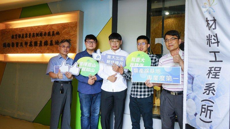 黃國賢教授(左起)、蔡明勳、陳昱瑞、蘇懷、系主任郭木城。圖/材料系提供
