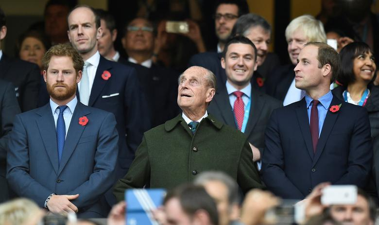 哈利(左)與威廉(右)就算在爺爺菲立普親王(中)的喪禮上也不會並肩而行。圖/路透