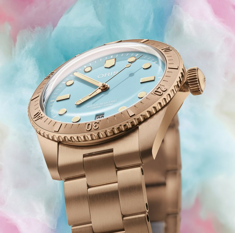 夢幻的天青藍「撞」上青銅表殼,38毫米的中性尺寸,男女皆可配戴。圖 / ORIS...