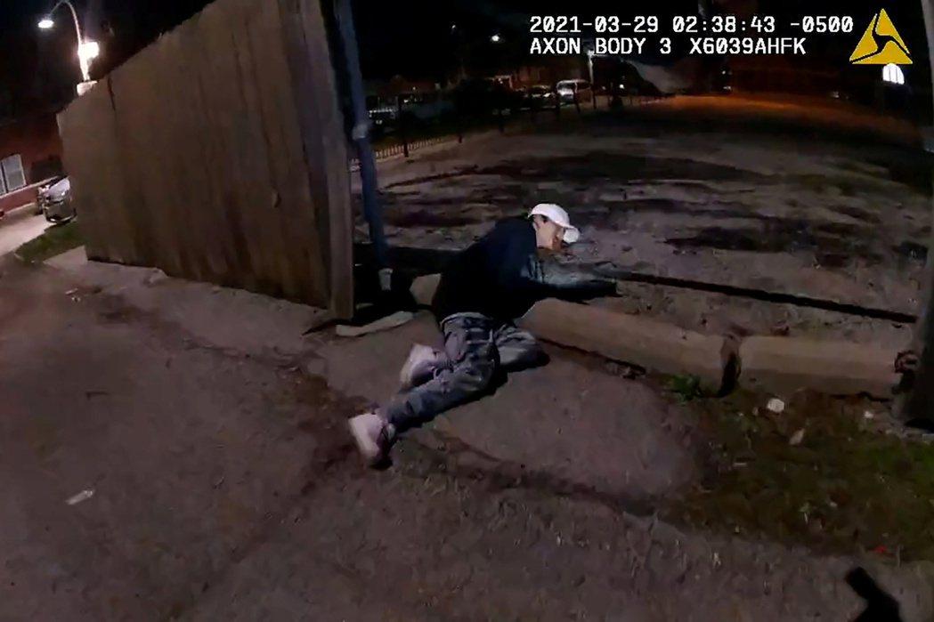 芝加哥13歲西班牙裔少年托萊多(Adam Toledo)被警員開槍擊中後倒下。路...