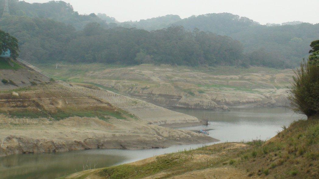 永和山水庫水位直直降,蓄水量現已跌破200萬噸,庫區上游的伯公廟、古厝及永安橋等...