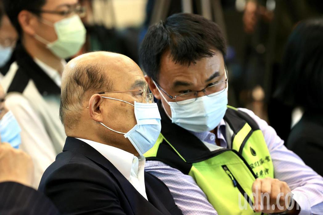 行政院長蘇貞昌(左)上午到農委會家畜衛生試驗所,視察牛結節疹防疫應變措施及疫苗施...