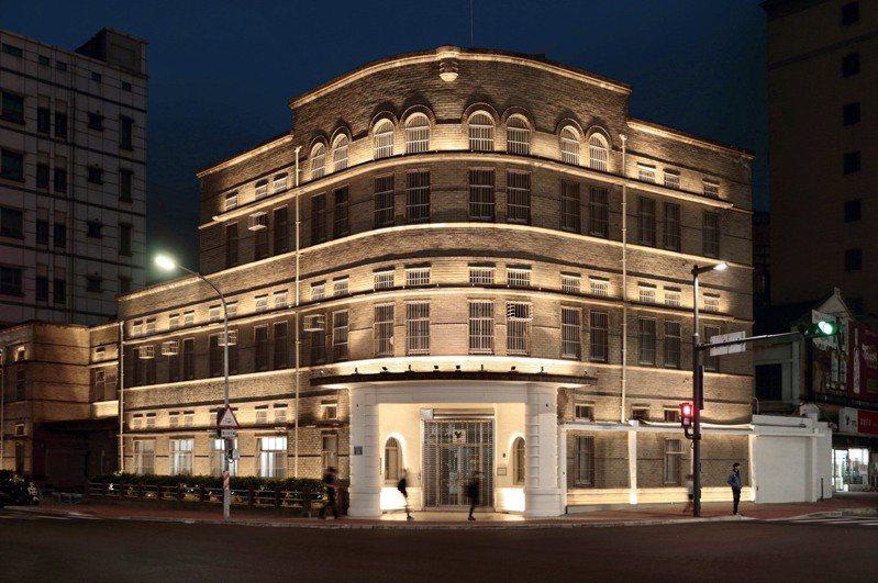 位於新竹市區的市定古蹟「專賣局新竹支局」被重新點亮,光影變化細緻呈現月眉窗框等建築細節。圖/新竹市政府提供