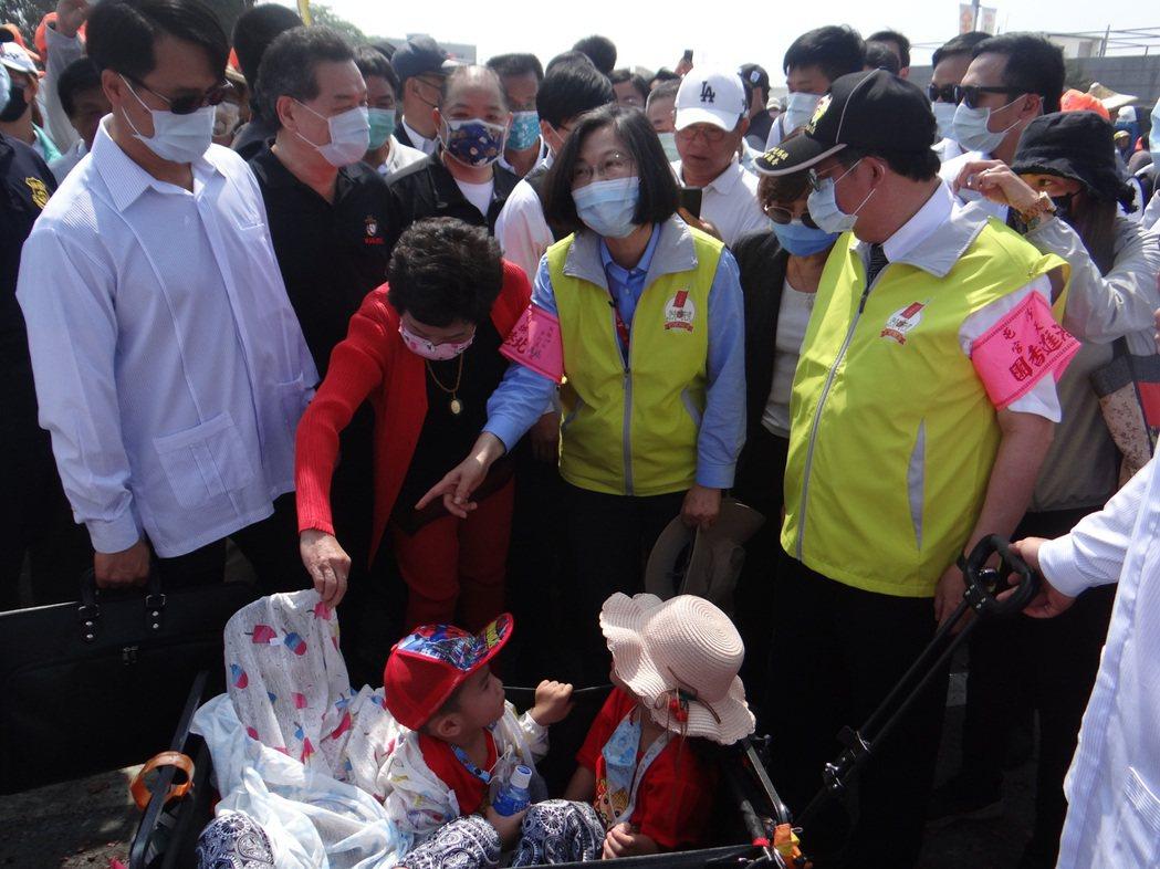 總統蔡英文一身香燈腳行頭,跟著白沙屯媽祖步行五公里,沿途受到民眾熱情歡呼,她還幾...